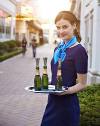 Cerita Gadis Pembawa Air Minum Cantik yang Fotonya di Golden Globes Viral