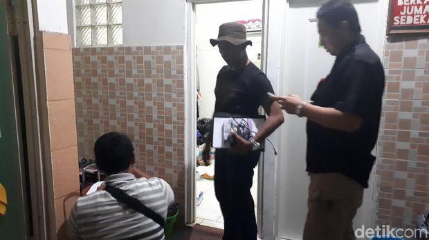 Polisi memeriksa kamar kos siswi SMK Baranangsiang, Bogor, yang tewas ditusuk, Selasa (8/1/2019)