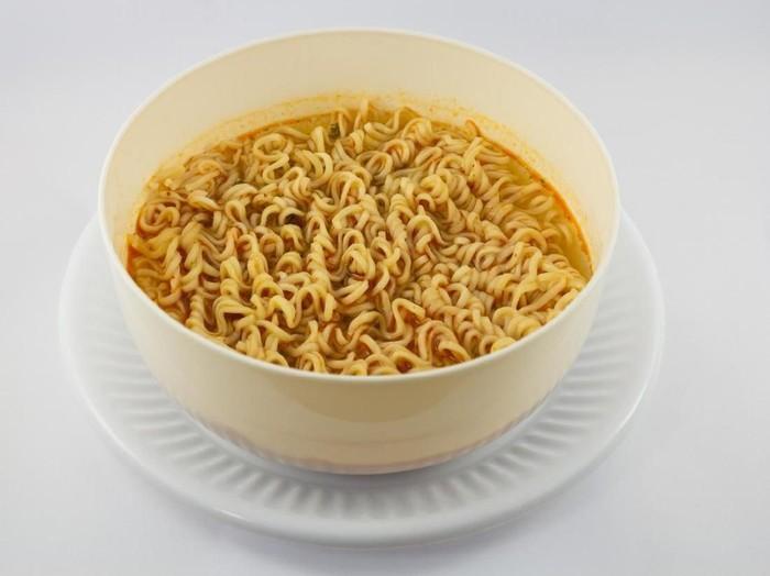 11 Bahaya Makan Mi Instan Terlalu Sering/Foto: Istock