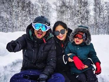 Raffi Ahmad dan Nagita Slavina mengajak Rafathar untuk menikmati musim salju di sana. Mereka menghabiskan waktu untuk bermain di hamparan salju seharian lho, Bun. (Foto: Instagram @raffinagita1717)