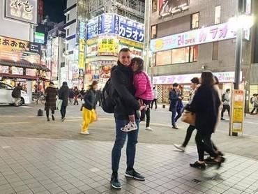 Samuel Rizal juga membawa anak semata wayangnya liburan ke Tokyo juga nih, Bun. Bahkan mereka sempat bergabung dengan keluarga Baim dan Raffi. (Foto: Instagram @samuelrizal1)