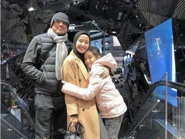 Laudya Cynthia Bella juga nggak ketinggalan mengajak suami dan anaknya ke Jepang. Sesampainya di sana, langsung janjian dengan keluarga artis lainnya yang berasal dari Indonesia. (Foto: Instagram @laudyacynthiabella)