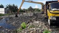 Warga soal Sampah Numpuk di Kali Pisang Batu: Gegara Bau Susah Tidur