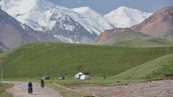 Penghuninya pun tak kurang gahar, yakni macan tutul salju dan domba bertanduk spiral. Pegunungan Pamir dijuluki Bam-i-Dunya alias Atap Dunia, sederet dengan Himalaya, Karakoram dan Hindu Kush (Dave Stamboulis/BBC Travel)