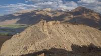 Inilah salah satu jalan arteri dari Jalur Sutra yang asli. Traveler yang ke sana masih dapat melihat sisa-sisa benteng di puncak gunung untuk melindungi perdagangan yang melalui wilayah tersebut (Dave Stamboulis/BBC Travel)