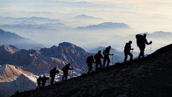 Catat! Ini Daftar Peralatan Wajib untuk Mendaki Gunung