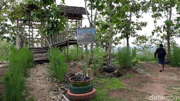 Gardu Pandang Puncak Gunung Gede masih dalam pengembangan dan baru dibuka sejak 2 tahun lalu. Sejalan dengan pengembangan itu, saat ini di gardu pandang tersebut telah dibangun sejumlah fasilitas berupa spot foto, gazebo, toilet dan musala (Pradito Rida Pertana/detikTravel)