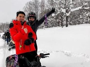 Zaskia Sungkar dan Irwansyah juga bergabung dalam rombongan Raffi Ahmad dan Baim Wong. Bahkan, keluarga mereka selalu bareng selama di Jepang. Seru banget kan, Bun? (Foto: Instagram @irwansyah_15)