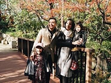 Menyambut kelahiran anak ketiga, Fanny Fabriana melakukan babymoon ke Jepang. Namun bedanya, Fanny lebih tertarik untuk membawa anak-anaknya ke Osaka yang cuacanya lebih hangat. (Foto: Instagram @fannyfabriana)