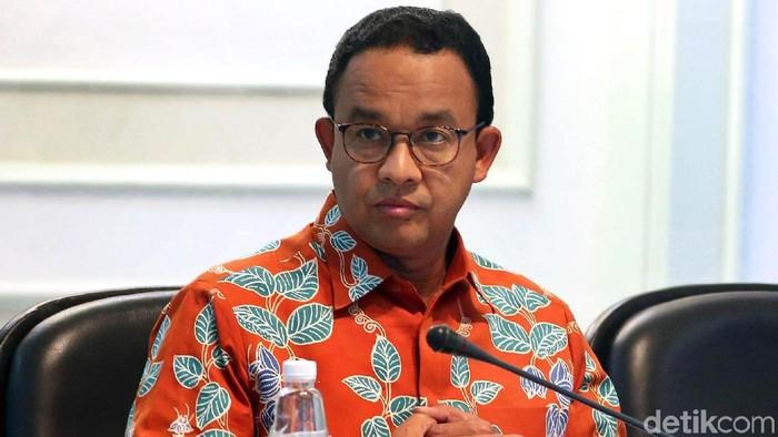 Gubernur DKI Jakarta Anies Baswedan turut hadir dalam rapat terbatas bersama Presiden Joko Widodo. Seperti apa gayanya?