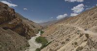 Pamir Highway terkenal sebagai jalur yang sempit dan tikungannya tajam.