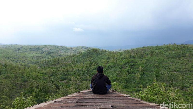 Adalah Gardu Pandang Puncak Gunung Gede yang punnya pemandangan alam berupa hijaunya pepohonan dan perbukitan dari ketinggian (Pradito Rida Pertana/detikTravel)