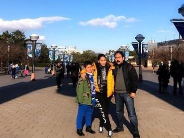 Liburan kali ini, Bunda Inul Daratista mengajak keluarganya mengunjungi Jepang. Salah satu destinasi yang mereka kunjungi yaitu Universal Studio Jepang. Nggak ketinggalan foto-foto di depan studio Harry Potter, Bun. (Foto: Instagram @inul.d)