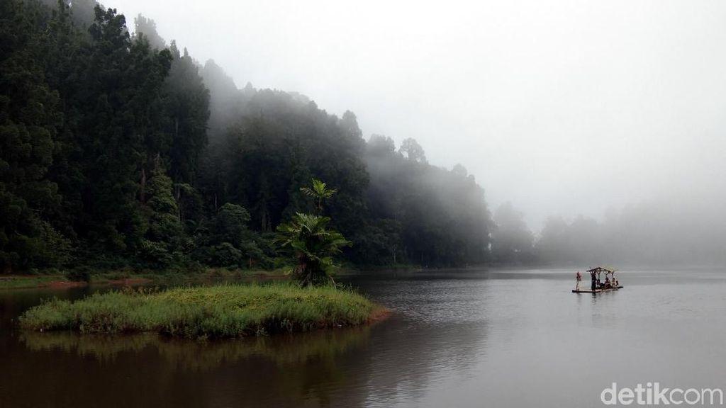 Foto: Situ Gunung yang Tenang & Curug Sawer yang Cantik