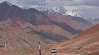 Pamir Highway membentang antara Kota Dushanbe di Tajikistan dan Kota Osh di Kirgistan. Jalan itu melintasi padang belantara liar, padang pasir hingga pegunungan bersalju di ketinggian lebih dari 4.000 mdpl (Dave Stamboulis/BBC Travel)