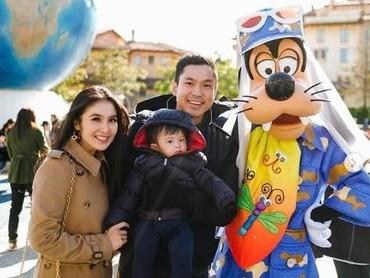 Wah, liburan Natal dan tahun baru Raphael Moeis terasa lebih seru ya, saat diajak Mama Sandra Dewi ke Tokyo Disneyland. (Foto: Instagram @sandradewi88)