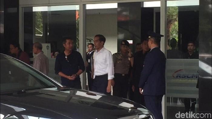 Jokowi menjenguk Ustaz Arifin Ilham di RSCM. (Ferdian/detikcom)