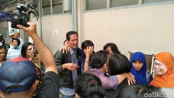 Tangis Keluarga dan Kerabat Sambut Jenazah Noven di Bandung