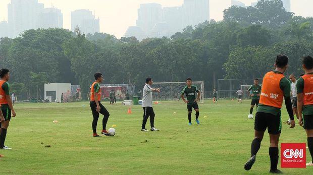 Indra Sjafri saat menangani Timnas Indonesia U-22 dalam sesi latihan. (