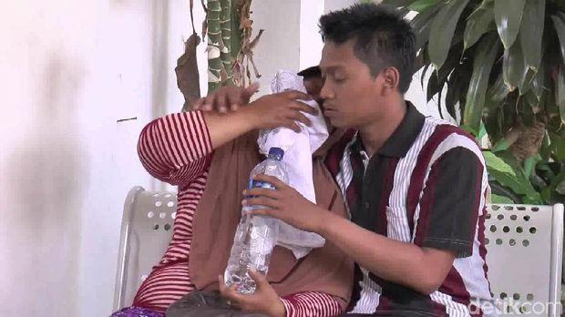Istri Sopir Travel yang Tewas Ditabrak KA Jayabaya Histeris