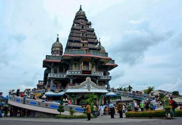 Saat melihat Graha Maria Annai Velangkanni, Anda akan menyangka ini adalah pagoda yang besar. Padahal, bangunan ini adalah gereja Katolik yang megah dan indah. Gereja ini terletak di Jalan Sakura, Medan. Hati Anda akan penuh kedamaian saat berkunjung ke sana. Keunikan bangunan ini terletak pada arsitekturnya yang menggabungkan gaya Indo-Mogul dan Hindu-Islam. Hal ini sebagai upaya akulturasi arsitektur Asia. (Almira Santoso/dTraveler)