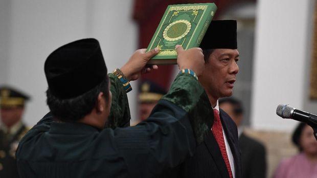 Letjen TNI Doni Monardo (kanan) mengucap sumpah saat dilantik Presiden Joko Widodo sebagai Kepala Badan Nasional Penanggulangan Bencana (BNPB), di Istana Negara, Jakarta, Rabu (9/1).