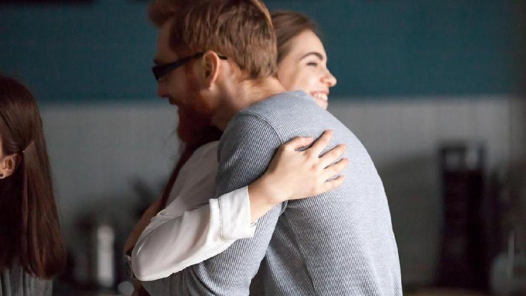 Viral Jasa Profesional Cuddler di Medsos, Apa Sih Terapi Cuddle Itu?