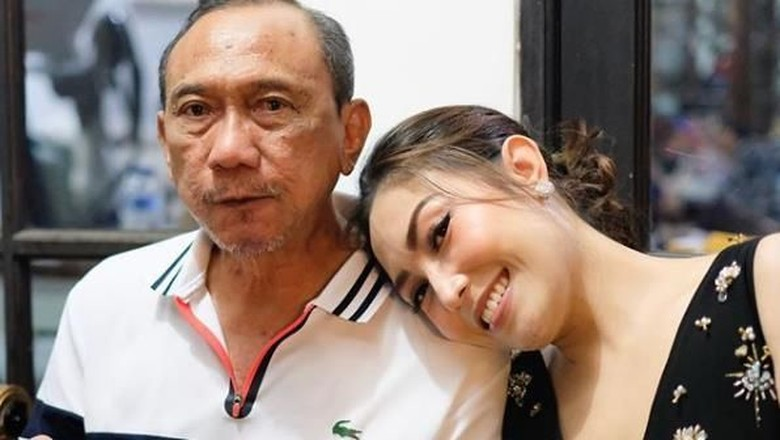 Ayu Dewi dan ayahnya/ Foto: Instagram @mrsayudewi