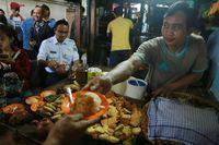 Aksi Seru Anies Baswedan Jajan Ketan Susu Kemayoran dan Beli Nasi Uduk Bareng Jokowi