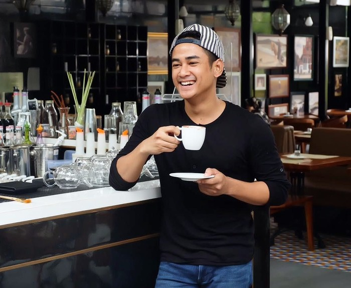 Dwi Andhika dikenal sebagai peresenter sekaligus pemain sinetron. Lewat akun Instagramnya, Dwi kerap membagikan momennya saat kulineran dan ketika ngopi. Foto: Instagram @dwiandhika3486