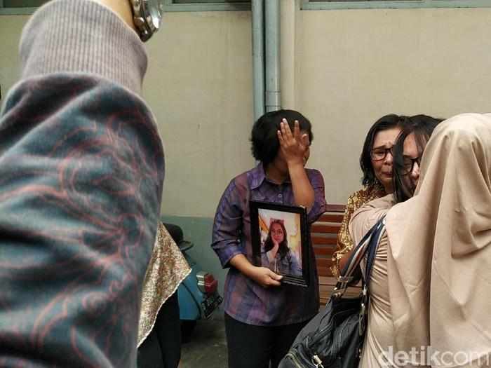Keluarga di rumah duka Noven, siswi SMK yang tewas ditusuk di gang. (Foto: Mukhlis Dinillah)