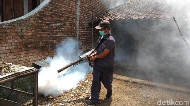 Pelaksanaan fogging dilangsungkan di Dusun Praguman, Desa Tuntang, Kecamatan Tuntang, Kabupaten Semarang.