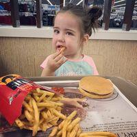 Gemas! Gadis Cilik Bermata Indah Ini Jadi Sorotan Karena Mukbang Nugget