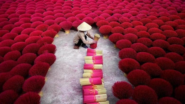 Pembuatan dupa di Desa Quang Phu Cau, Vietnam (Manan Vatsyayana/ AFP)