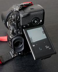 Salah satu kelebihan Fuji X-T3 seperti di X-T2 adalah layarnya bisa ditekuk saat memotret dengan orientasi vertikal, dan orientasi tulisan di layar juga menyesuaikan.