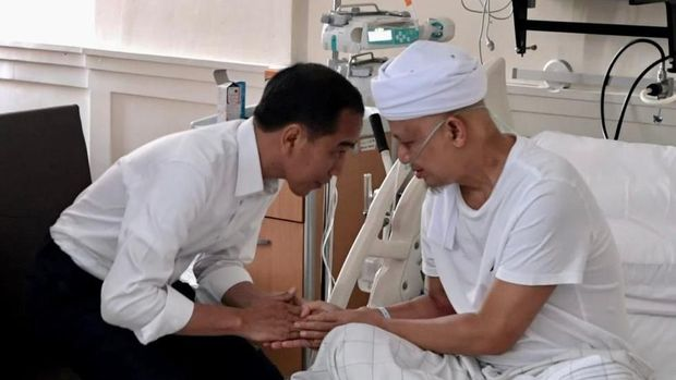 Jokowi saat menjenguk Ustaz Arifin Ilham /