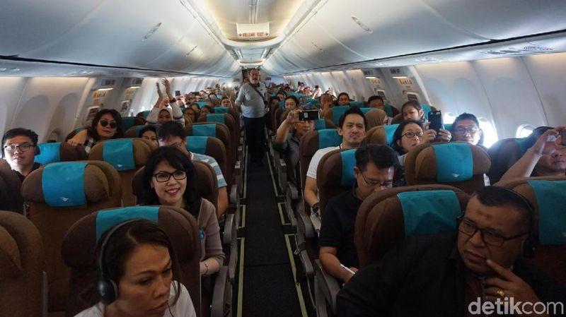 Kalau penerbangan biasanya hanya diisi inflight entertainment, kini Garuda Indonesia menyuguhkan penampilan live acoustic yang seru (Shinta/detikTravel)