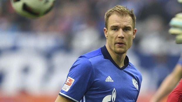 Holger Badstuber memiliki tanda bekas luka kecil di pipinya. (