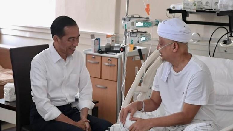 Penuh Senyum, Begini Momen Jokowi Jenguk Ustaz Arifin Ilham