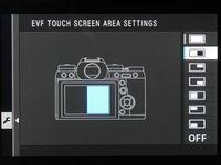 Area touchscreen bisa dibatasi saat mengunakan jendela bidik. Tujuannya supaya tidak tersentuh dan tidak sengaja mengganti area fokus/setting kamera.
