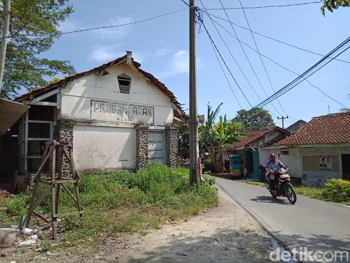 Pengendara motor melintas di sekitar bekas Stasiun Pangandaran, Jawa Barat. Rencana reaktivasi jalur kereta Banjar-Pangandaran disambut gembira para pengusaha jasa wisata. (Foto: Andi Nurroni/detikcom)