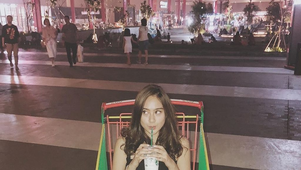 Minum di Trolley hingga Makan Durian, Kulineran Seru ala Salshabilla Adriani