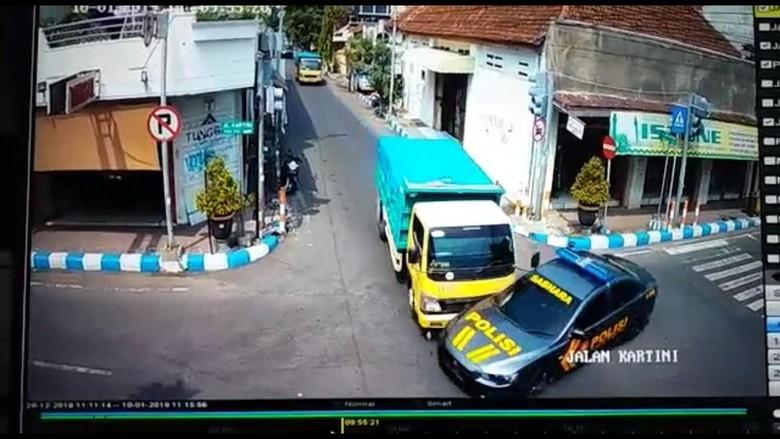 Mobil patwal ditabrak truk. Foto: Tangkapan layar CCTV