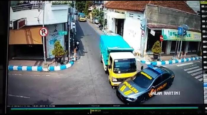 Mobil patwal ditabrak truk (Foto: Tangkapan layar CCTV)