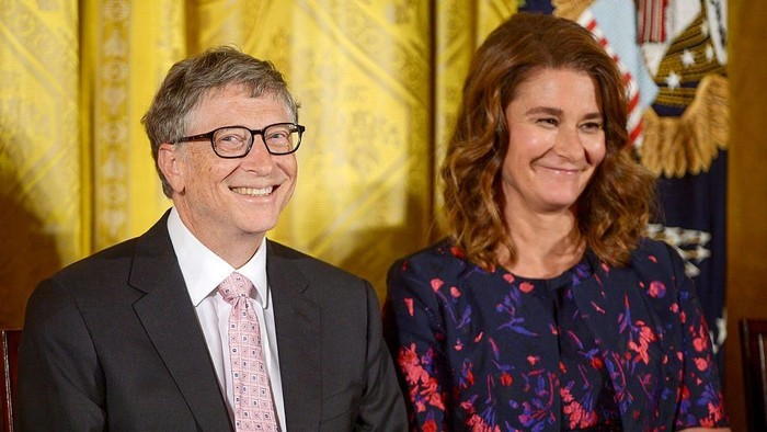 WASHINGTON, DC - NOVEMBER 22:  President Barack Obama presents Bill Gates and Melinda Gates with the 2016 Presidential Medal Of Freedom at the White House on November 22, 2016 in Washington, DC.  (Photo by Leigh Vogel/WireImage)