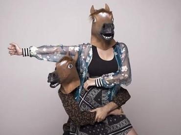 Kocak juga ya Aura dan Eryck. Sama-sama mengenakan topeng kepala kuda, sambil pasang gaya yang super romantis. (Foto: Instagram @aurakasih)