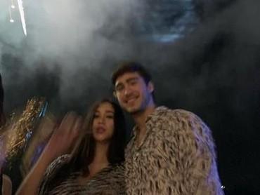 Senangnya, momen pergantian tahun sudah dilewatkan berdua sebagai suami istri. Mereka memilih untuk menikmati indahnya pesta kembang api nih, Bun. (Foto: Instagram @aurakasih)