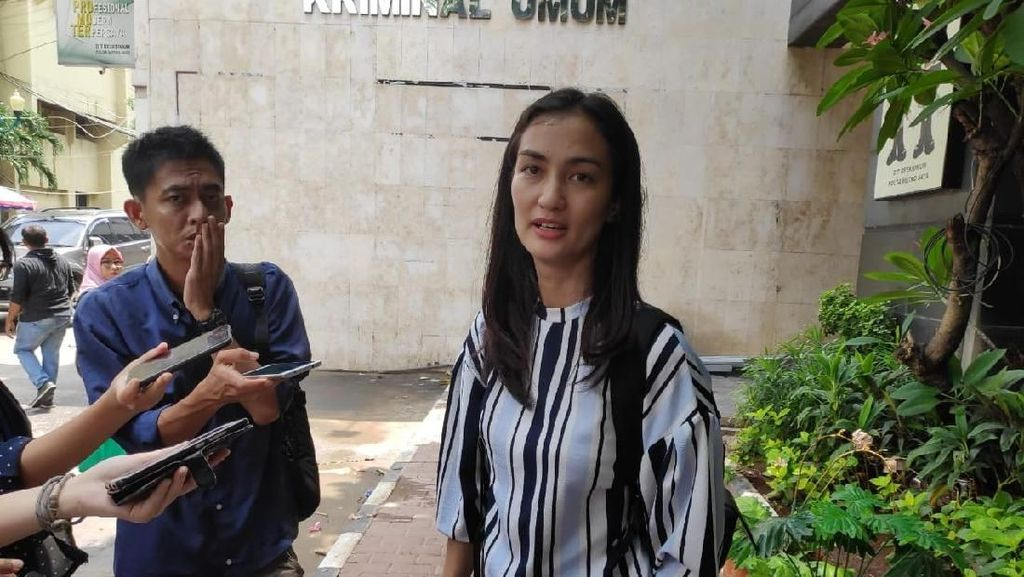 Atiqah Hasiholan Jenguk Ratna Sarumpaet, Bagaimana Kondisinya?