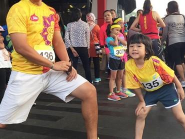 Sheemar ikut pemanasan sebelum lari maraton nih. Seru banget ya? (Foto: Instagram @sheemar_miy)