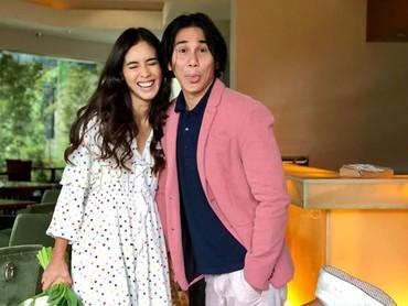 Gemas banget sih, lihat pasangan yang udah dikaruniai satu putri bernama Jizzy Pearl Bastian ini. (Foto: Instagram/ @vinogbastian__)